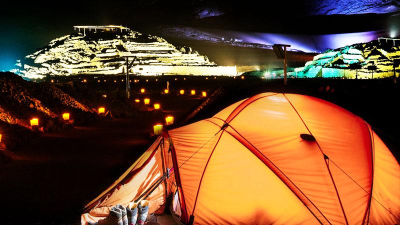 Caral iluminada de noche. Existe la opción de acampar y hay un precio aproximado de 20 soles que debe pagarse para contar con seguridad. Fuente: Ministerio de Cultura.